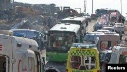 Pamje e autobusëve dhe autoambulancave gjatë evakuimit të civilëve nga Alepoja