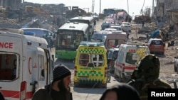 Машини швидкої допомоги і автобуси чекають на евакуацію людей зі східного Алеппо, 15 грудня 2016 року