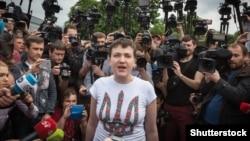 Ресей түрмесінен босап Отанына оралған украиналық әскери Надежда Савченко журналистер алдында сөйлеп тұр. Киев, 25 мамыр 2016 жыл.
