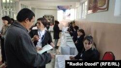 На избирательном участке в Душанбе.