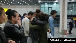 Узбекистанцы, встречающие своих родных в аэропорту Ташкента. Иллюстративное фото.