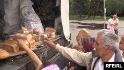 Військові привезли гуманітарну допомогу жителям Слов'янська, 6 липня 2014 року