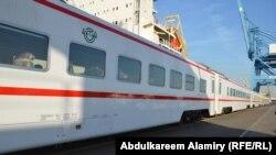 أحد قطارين جديدين من الصين في رصيف ميناء بالبصرة