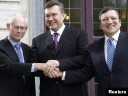 Ukrainian President Viktor Yanukovych (centre) in Brussels with European Commission President Jose Manuel Barroso (right) and European Council President Herman Van Rompuy (left).