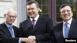 European Commission President Jose Manuel Barroso (right) and European Council President Herman Van Rompuy (left) welcome Ukrainian President Viktor Yanukovych to Brussels.