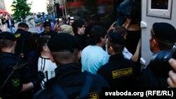 Милиция насильно сажает в машину участников акции. Минск, 22 июня 2011 года.