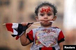 Учасниця протесту проти Мухаммада Мурсі перед президентським палацом, Каїр, 2 липня 2013 року. На лобі напис-звернення до Мурсі: «Йди геть!»