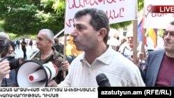 Володя Аветисян беседует с журналистами перед зданием правительства, Ереван, 25 мая 2017 г.