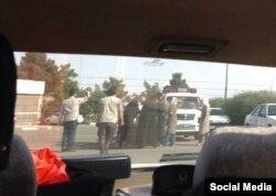 Полицейские говорят с женщинами, собравшимися у стадиона в Тегеране. Фото с социальных сетей.
