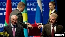 Прем'єр-міністр України Микола Азаров та голова Євразійської економічної комісії Віктор Христенко, Мінськ, 31 травня 2013 року