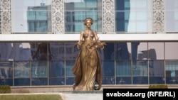 Скульптура каля палацу Незалежнасьці ў Менску.