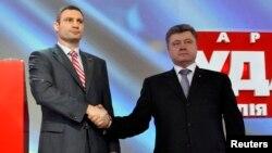 """Лидер партии """"УДАР"""" Виталий Кличко (слева) и бизнесмен Петр Порошенко. Киев, 29 марта 2014 года."""