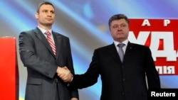 Ուկրաինա - Վիտալի Կլիչկոն (ձախից) և Պյոտր Պորոշենկոն միմյանց ձեռք են սեղմում ՈւԴԱՌ կուսակցության նիստի ժամանակ, Կիև, 29-ը մարտի, 2014թ․