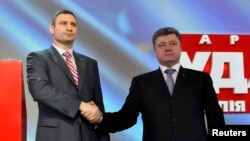 Віталій Кличко (ліворуч) і Петро Порошенко на з'їзді партії УДАР 29 березня 2014 року