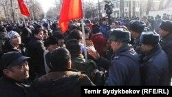Милиционеры пытаются сдержать участников митинга в поддержку Омурбека Текебаева. Бишкек, 26 февраля 2017 года.
