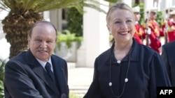 Президент Алжира Абдельазиз Бутефлика приветствует госсекретаря Хиллари Клинтон в своем дворце в 2012 году