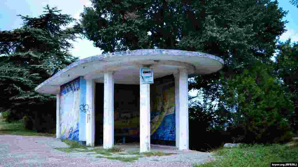 Hmelnitskoye köyüne burulış yanında turaq üstünde graffiti resimlengen
