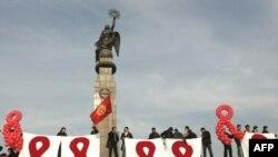 СПИДге каршы күрөшүүнүн дүйнөлүк күнүндө кыргыз студенттери Бишкектеги Ала-Тоо аянтына чыгышты