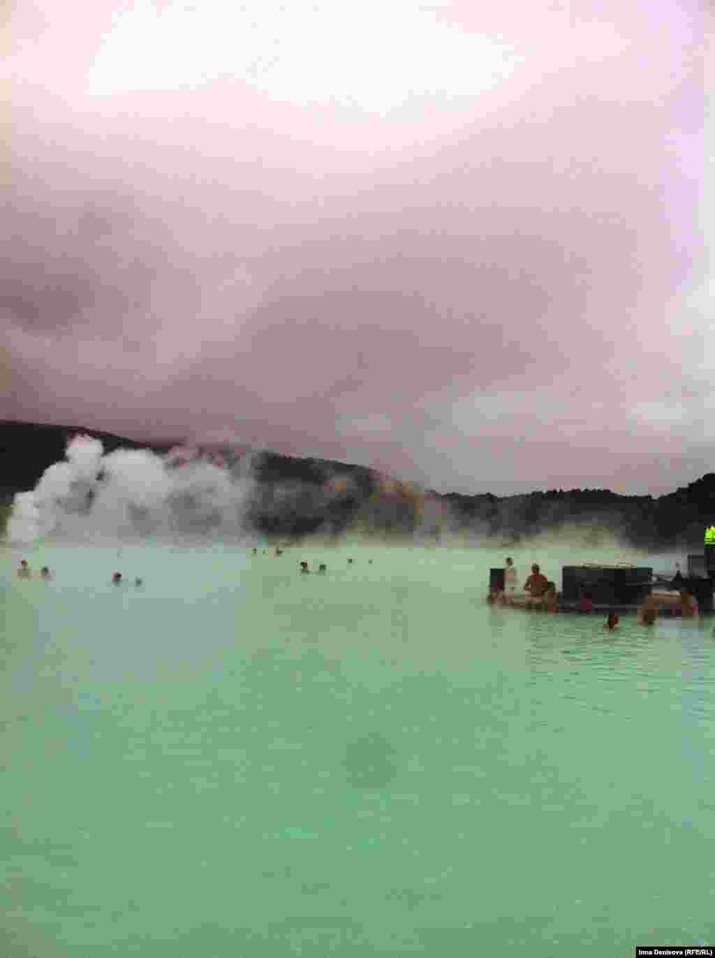 """Час посещения """"Голубой лагуны"""" стоит 35 евро. Белая глина, полезная лицу, бесплатная: ей вымощено дно озера, так что в ней нет недостатка. Париться в горячем бирюзовом молоке, выдыхая струйку пара в облако, растрепанное северным ветром - неземное наслаждение."""