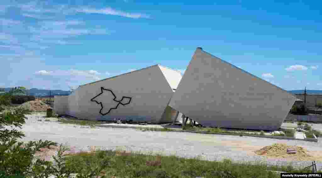 Головний об'єкт комплексу – музей, що обрисами нагадує великий розлом у скелі. На одній зі стін залізничними рейками викладений контур Кримського півострова, а на іншій ледь проглядається напис «Меморіальний комплекс «Шлях відродження народів Криму»