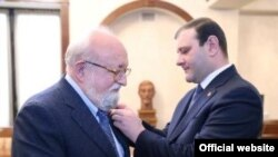 Армения - Мэр Еревана Тарон Маркарян награждает Кшиштофа Пендерецкого золотой медалью мэра Еревана, Ереван, 14 января 2014 г.