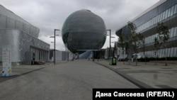 """Сфера """"Нур Алем"""" с главного входа на территорию EXPO после закрытия выставки. Астана, сентябрь 2017 года."""