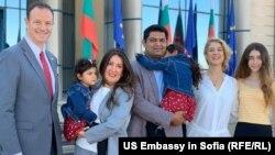 Посланик Херо Мустафа със семейството си при пристигането си в София заедно с американския временно управляващ посолството Джъстин Фрийдман