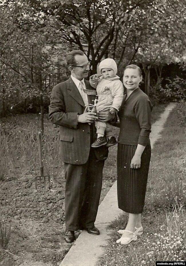Мікола, Альгерд і Ніна Абрамчыкі. Парыж, 1956 год