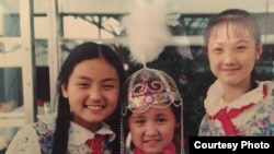 Женни (посередине) с подругами детства.