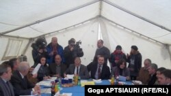 Как обычно, участники встречи в грузинском селе Эргнети не смогли сразу сесть за стол переговоров