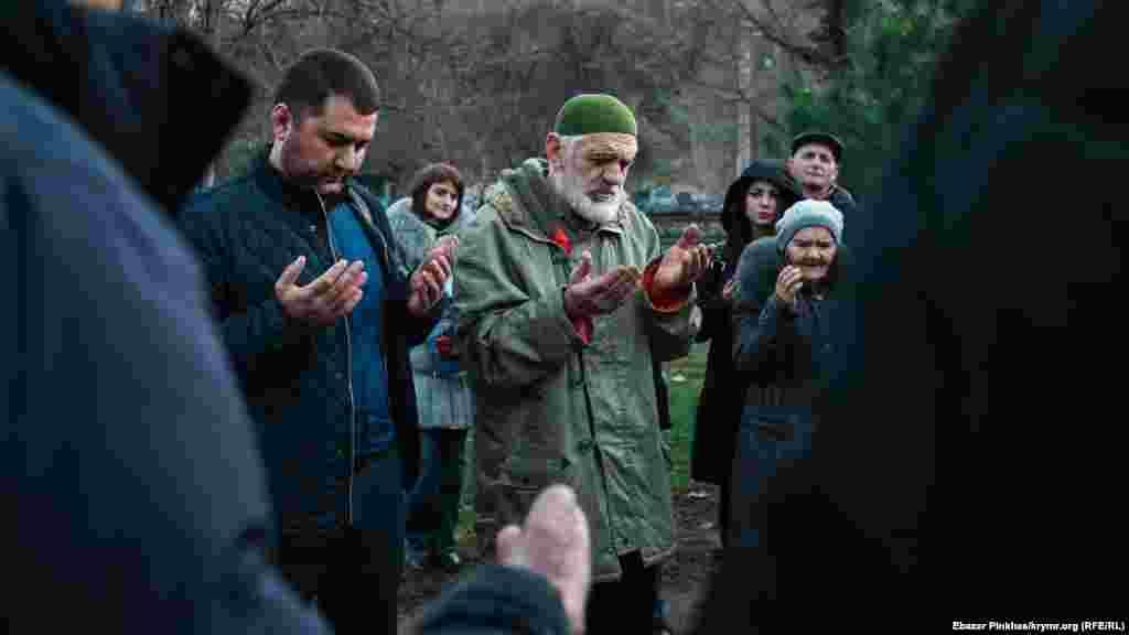 Advokat Edem Semedlâyev (soldan) ve qırımtatar milliy areketiniñ faali Enver Muslâdinov dua vaqtında