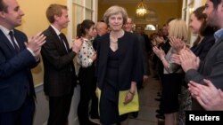 Премьер-министр Великобритании Тереза Мэй (в центре).