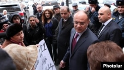 Armenia - Defense Minister Seyran Ohanian is confronted by parents of dead soldiers outside the prime minister's office in Yerevan, 19Jan2012.