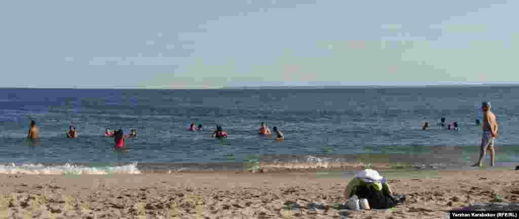 На пляже Брайтон-Бич открылся купальный сезон.