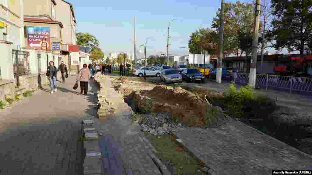 Траншею возле Центрального рынка разрыли на месте недавно уложенной тротуарной плитки