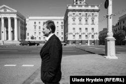 Андрэй Клімаў праз дарогу ад будынка КДБ у Менску