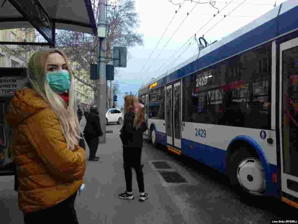 Aceeași stație, o altă pasageră cu mască