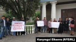 Пикет в поддержку заключенных политиков у здания Верховного суда, 4 июня 2018 года.