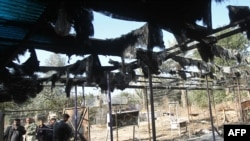 مواطنون يتفحصون آثار إنفجار ببغداد
