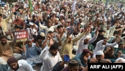 Supporters of Tehrik-e Labaik Pakistan (TLP), a hard-line religious political party, protest a Supreme Court decision overturning Asia Bibi's blasphemy conviction on October 31.