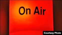 Надпись On Air зажигается, когда начинается радиоэфир