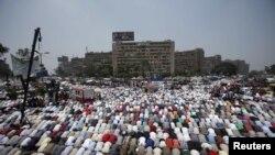 ეგვიპტის პრეზიდენტ მოჰამედ მურსის მომხრეები კაიროში, რაბა ელ-ადვიას მეჩეთთან ლოცულობენ მისი მხარდაჭერის ნიშნად