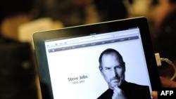Fotografija Steva Jobsa na iPadu u prodavnici Applea u New Yorku, 5. oktobar 2011 godine