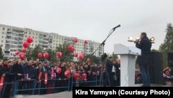 Алексей Навальный выступает на митинге в Оренбурге. 30 сентября 2017 года