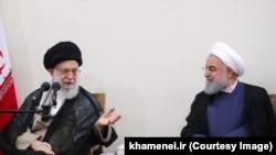 حسن روحانی (راست) هفتم فروردین رسما اعلام کرد که از خامنهای درخواست کرده است با برداشت یک میلیارد یورو از محل صندوق توسعه ملی موافقت کند.