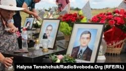 На акцію до роковин трагедії люди принесли квіти, лампадки, портрети загиблих