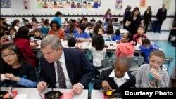 Том Вилсак и Мишель Обама (на заднем плане) за ланчем в начальной школе Парклаун (Александрия, Вирджиния) в ходе кампании за здоровую пищу для детей.