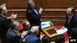 Андонис Самарас добива аплауз во парламентот од неговите сопартијци