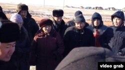 Астана іргесіндегі Қоянды ауылы тұрғындары жерлері мен баспаналарының сүрілуіне наразылықтарын айтып тұр. Қоянды, 27 қазан 2014 жыл. (Көрнекі сурет)
