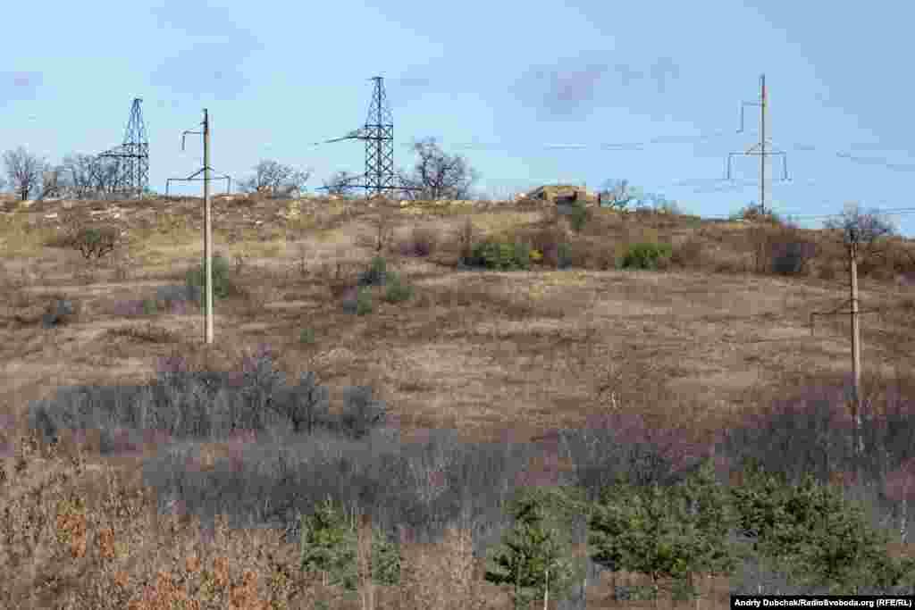 На висотах за селом розташовані запасні позиції другої лінії оборони української армії